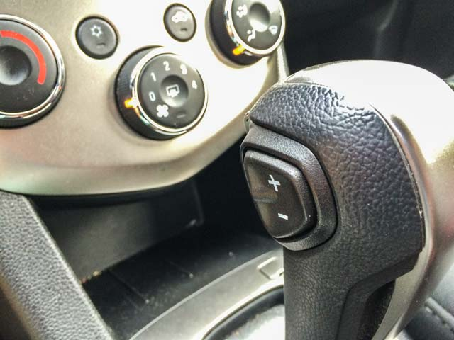 レンタカーの車内でスマホの音楽を聴くのに便利なもの